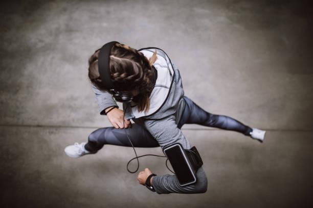 fit und schnell - joggerin stock-fotos und bilder