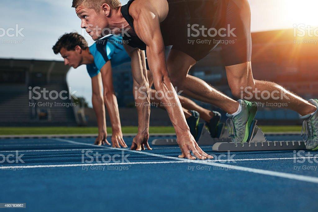 Ajuste atleta corriendo en la pista de carreras carrera de atletismo - foto de stock