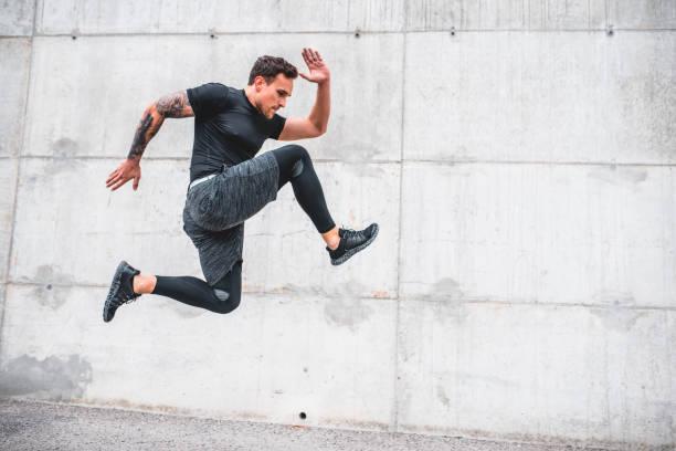 Fit Athlete Sprinten in guter Form und Füße aus dem Boden – Foto