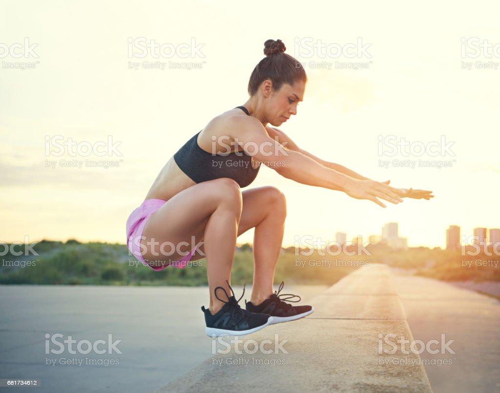Forma atlética mulher exercitando - foto de acervo