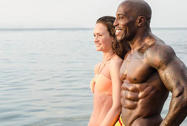 Fit Paar auf den Strand, Mann und Frau Schwarz Weiß – Foto