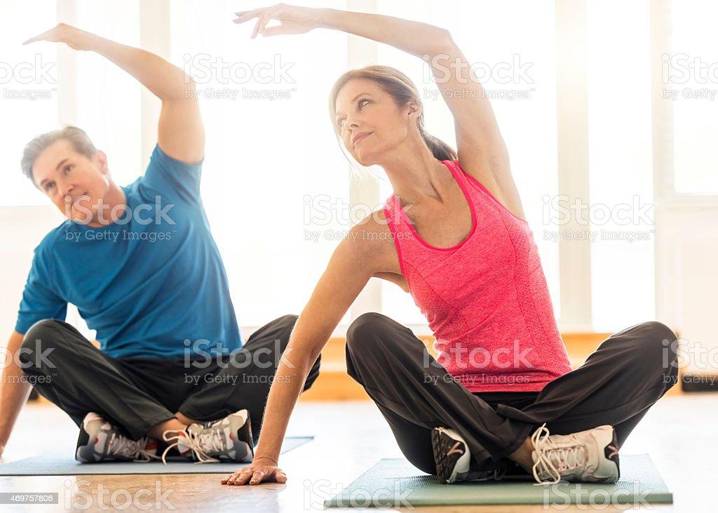 Fit paar üben yoga auf Matte wie zu Hause fühlen – Foto