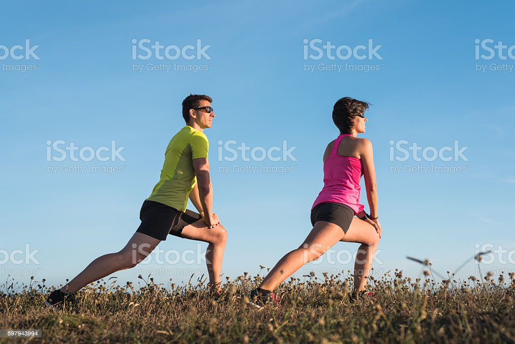 Fit fitness couple doing stretching exercises during flexibility workout foto royalty-free