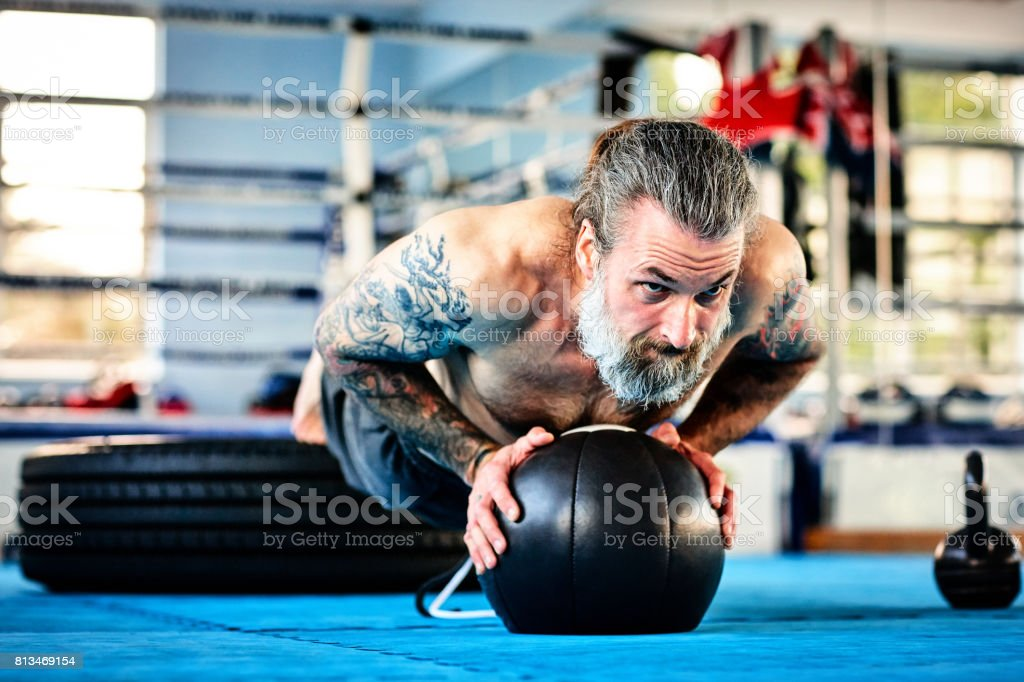 Hombre ajuste ejercicio con la bola de medicina en el gimnasio - foto de stock