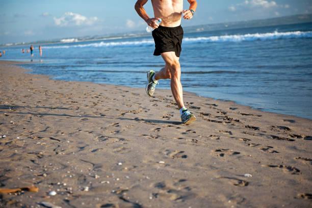 Fit männliche Jogging am Strand – Foto