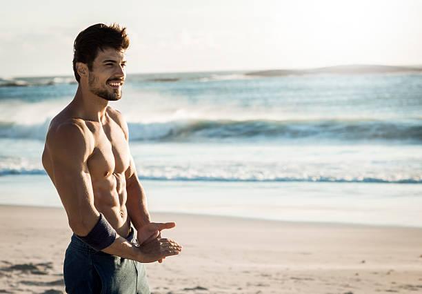 vestibilità uomo rilassante sulla spiaggia - man city exercise abs foto e immagini stock