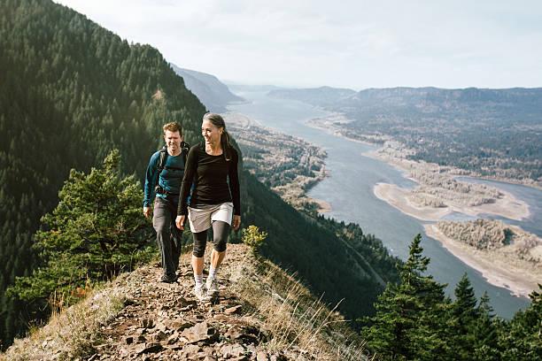 dopasowanie dla osób starszych na górskie wędrówki - wybrzeże północno zachodnie pacyfiku zdjęcia i obrazy z banku zdjęć