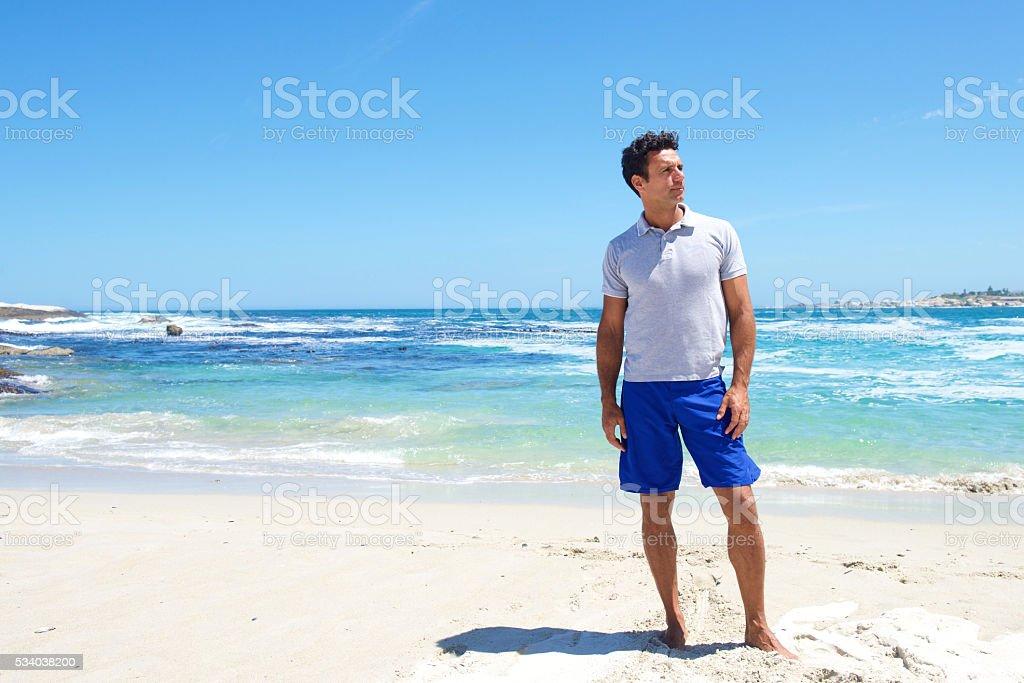 Passen Mann mittleren Alters stehend barfuß am Strand – Foto