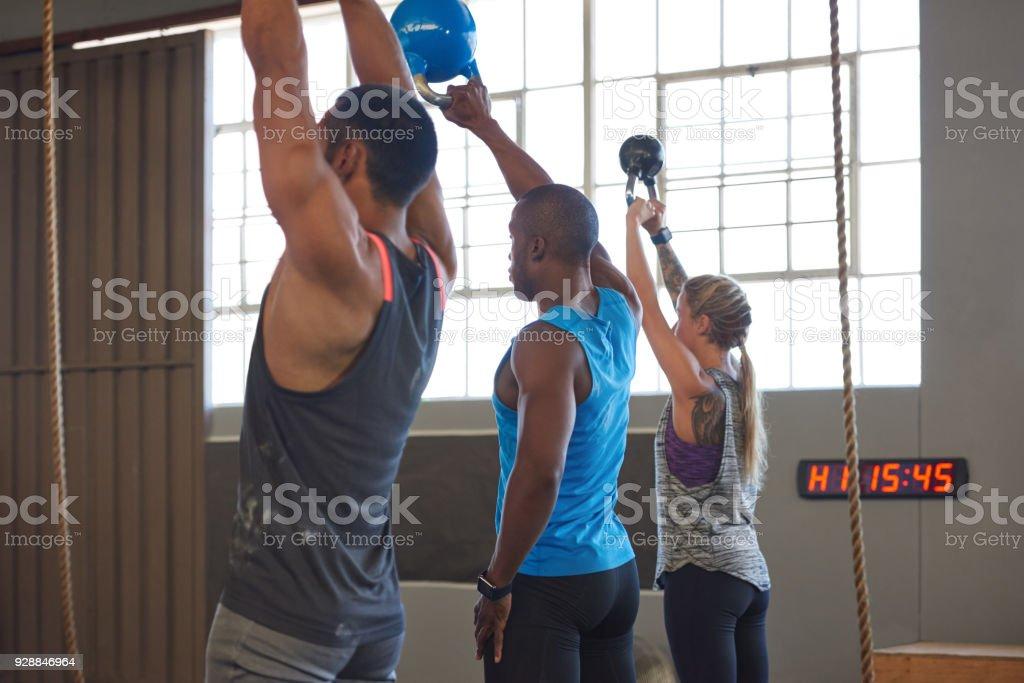 Muskulöse Menschen Wasserkocher Glocke Swing Übungen im Fitnessstudio zu passen – Foto