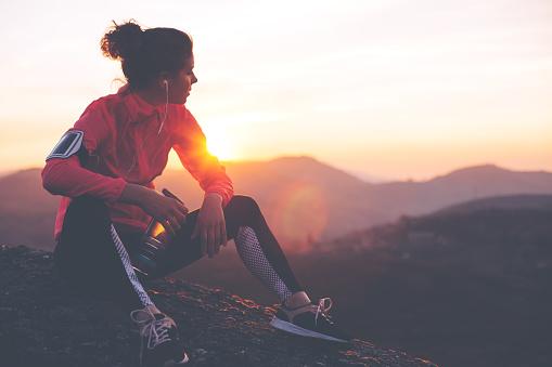 Atleta Mujer Fit Descanso Al Aire Libre Foto de stock y más banco de imágenes de Actividad al aire libre