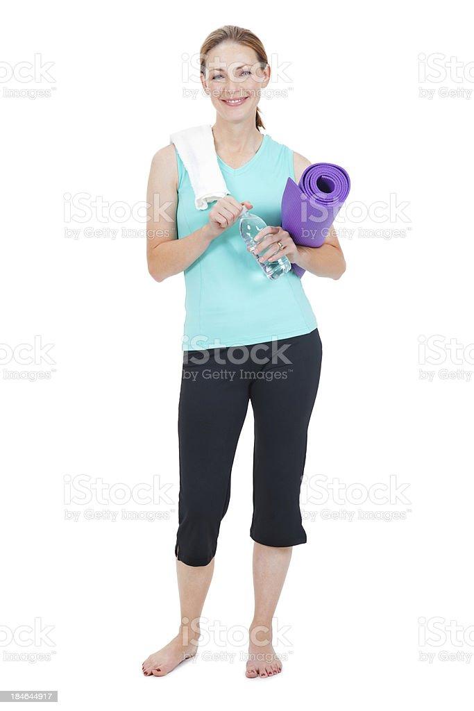 Fit Mujer Agarrando Una Estera De Yoga Toalla Y Botella De Agua ...