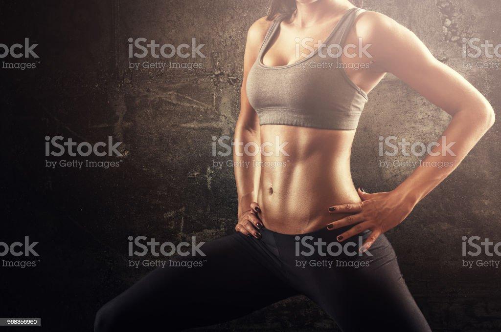Mujer Fit en estirar la pose con el vientre plano y fuerte musculatura - foto de stock