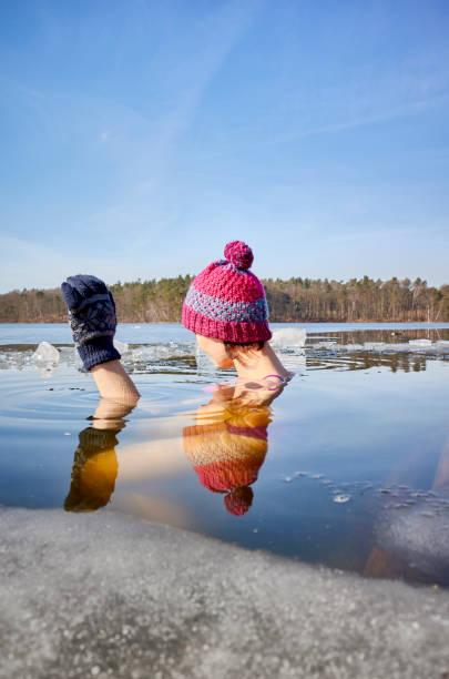 Fit Woman führt Eis schwimmen in das Eisloch. – Foto