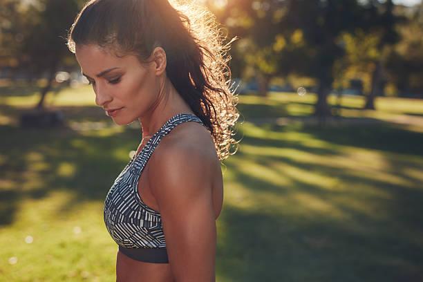 ajustement jeune femme en vêtements de sport en plein air - brassière de sport photos et images de collection