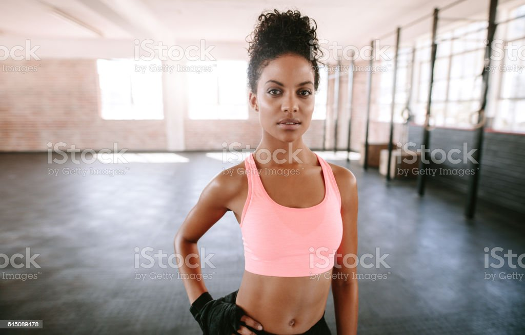 Fit young woman standing in gym – Foto