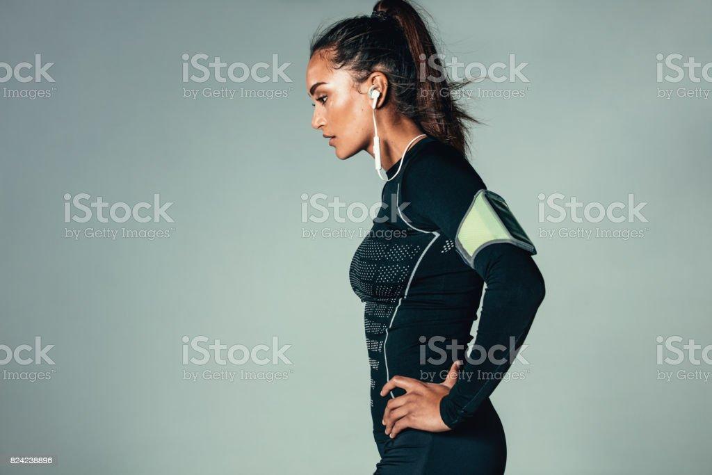 フィットの若い女性が立っている腰に手を ロイヤリティフリーストックフォト
