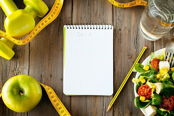 fitness und gesundes essen lifestyle konzept - trainingstagebuch stock-fotos und bilder
