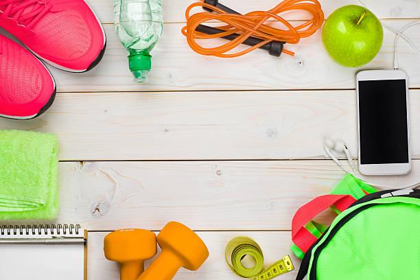 fitness und gewicht verlust-konzept auf hölzernen planken hintergrund - trainingstagebuch stock-fotos und bilder