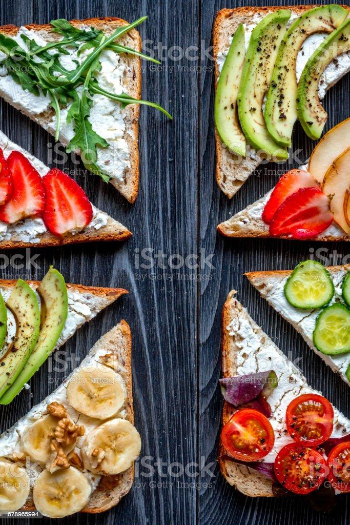 Fitness breskfast ev yapımı sandviçler karanlık tablo arka plan en iyi Manzaralı royalty-free stock photo