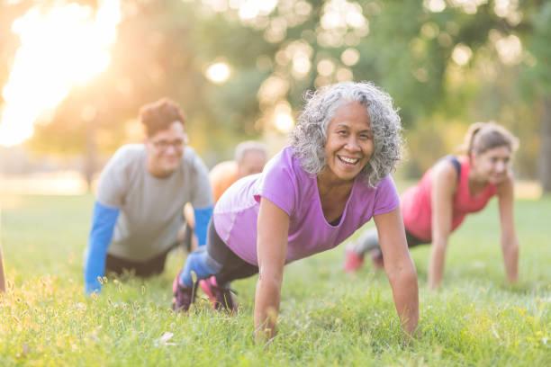 fitness sınıf dışında - sağlıklı yaşlılar stok fotoğraflar ve resimler