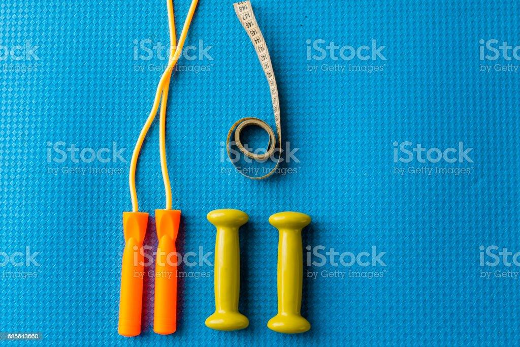 健身概念 — — 瑜伽墊、 啞鈴、 跳繩和卷尺 免版稅 stock photo