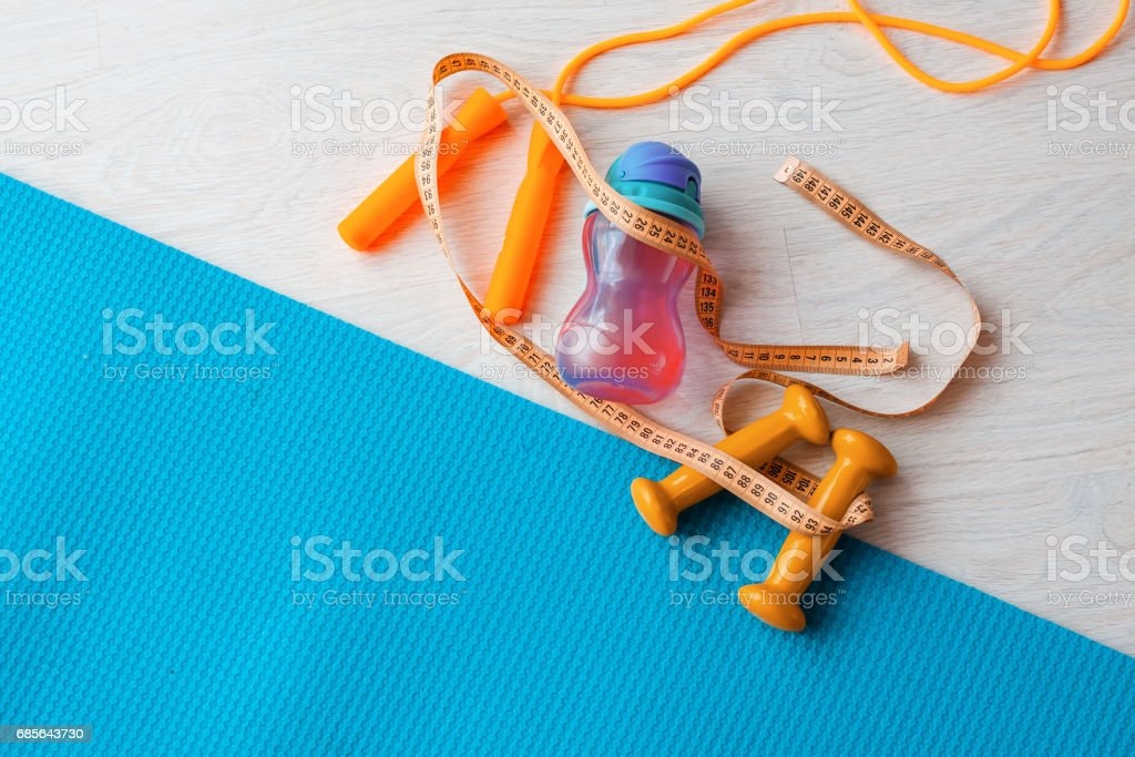 피트 니스 개념-요가 매트, 아령, 건너뛰는 밧줄, 물 병 및 테이프 측정 royalty-free 스톡 사진