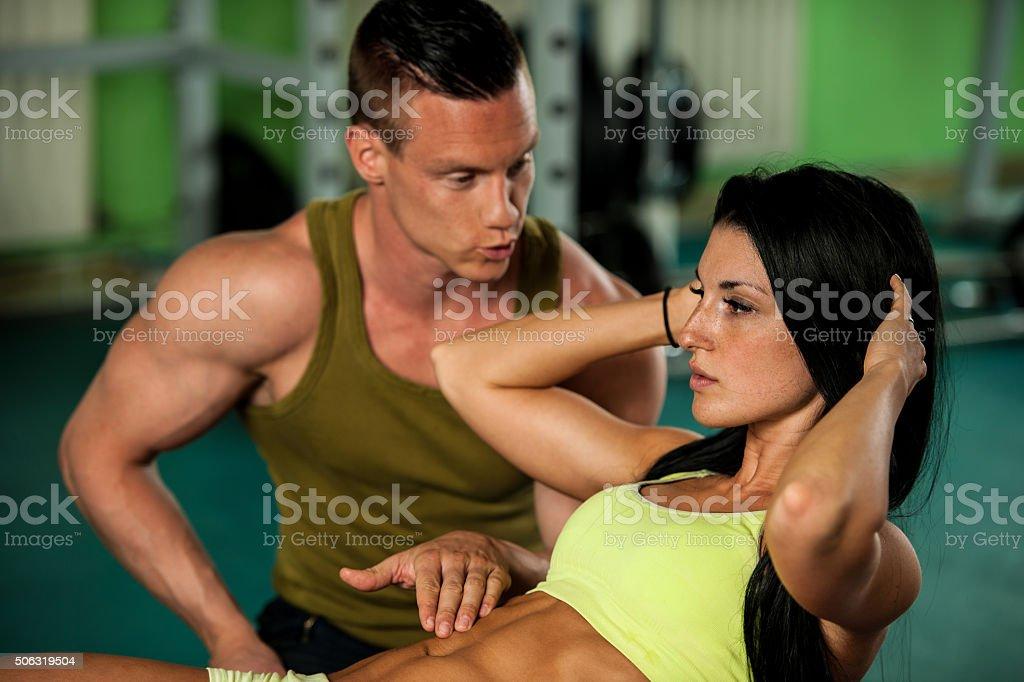 ffecef10eca9 Abbigliamento sportivo, Addome umano, Adulto, Allenatore, Ambientazione  esterna. Coppia Fitness workout fit uomo e donna allenarsi in palestra ...