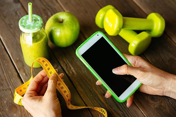 fitness-diät und ernährung-konzept. smartphone-app - trainingsplan frauen stock-fotos und bilder