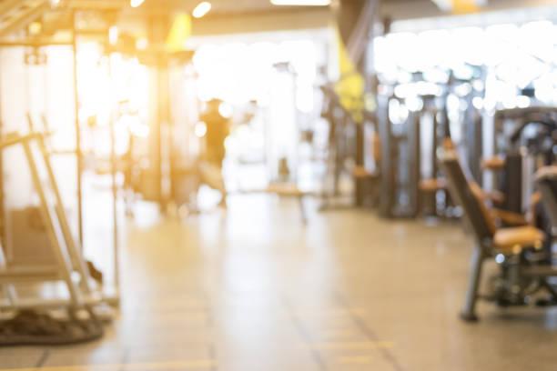 Fitness-Anlage-Center, Fitness-Studio Einrichtung, Health Club mit Sport Trainingsgeräte für aerobe Übung Training und Bodybuilding, Weichzeichnen Hintergrund – Foto