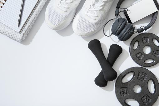 Fitness Flat Lay Dumbbells Notebook Headphones Notebook Towel On White Background - zdjęcia stockowe i więcej obrazów Akcesorium osobiste