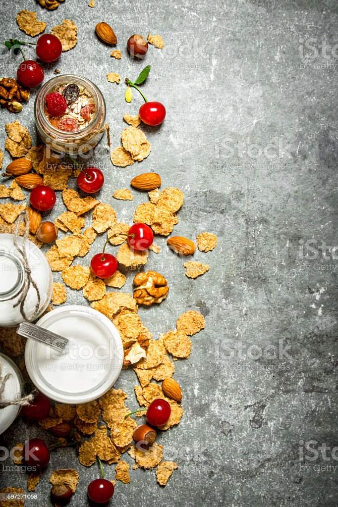 Fitness food. Muesli with wild berries and milk in bottles. Lizenzfreies stock-foto