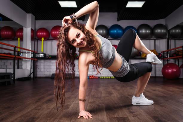 Fitness Mädchen tanzen Zumba Training in Gym – Foto