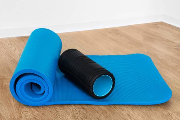 fitness-gymnastik-matte und roll - blackroll übungen stock-fotos und bilder