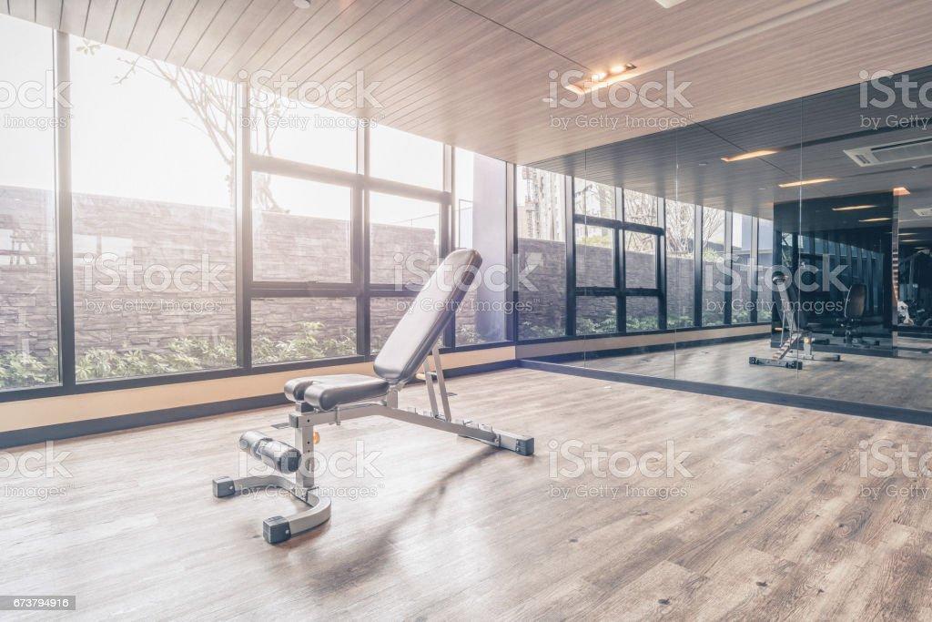 Salle de fitness avec l'équipement de sport moderne. Salle de fitness est un mode de vie moderne pour entraînement de sport photo libre de droits