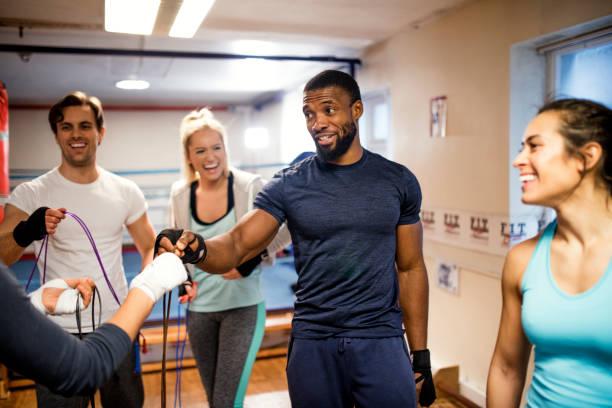 fitness instructor tomar una clase de - entrenador personal fotografías e imágenes de stock