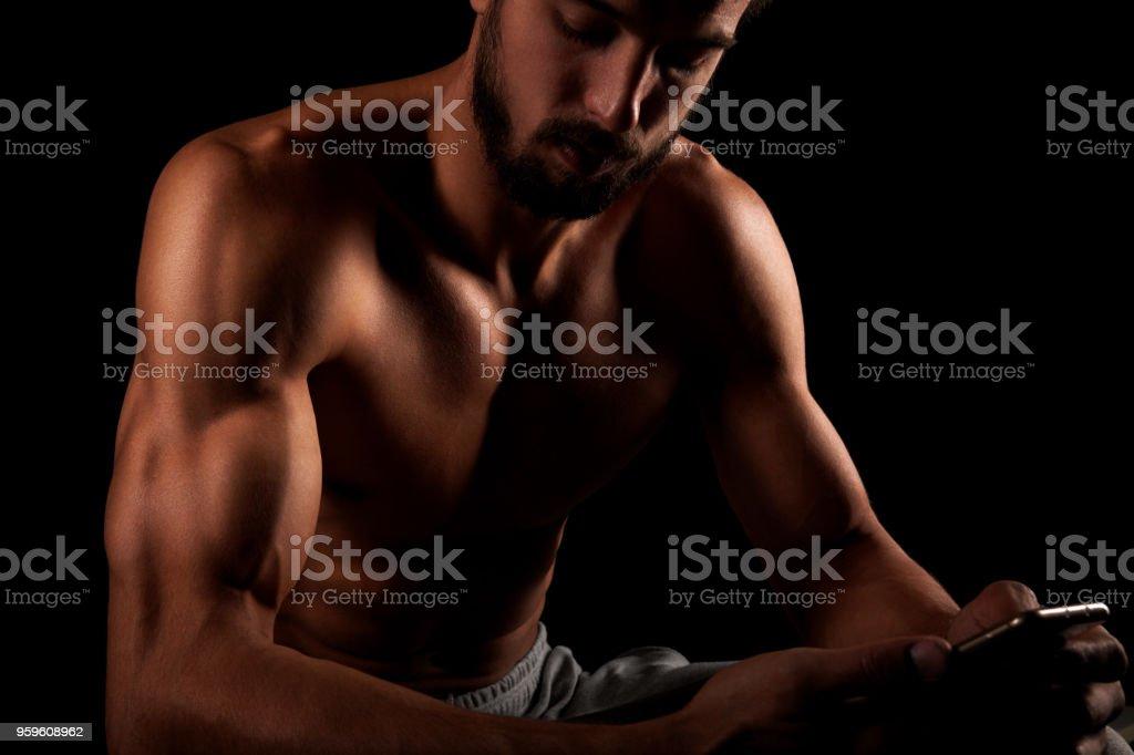 Tríceps de demostración de aptitud modelo masculino - Foto de stock de Abdomen libre de derechos
