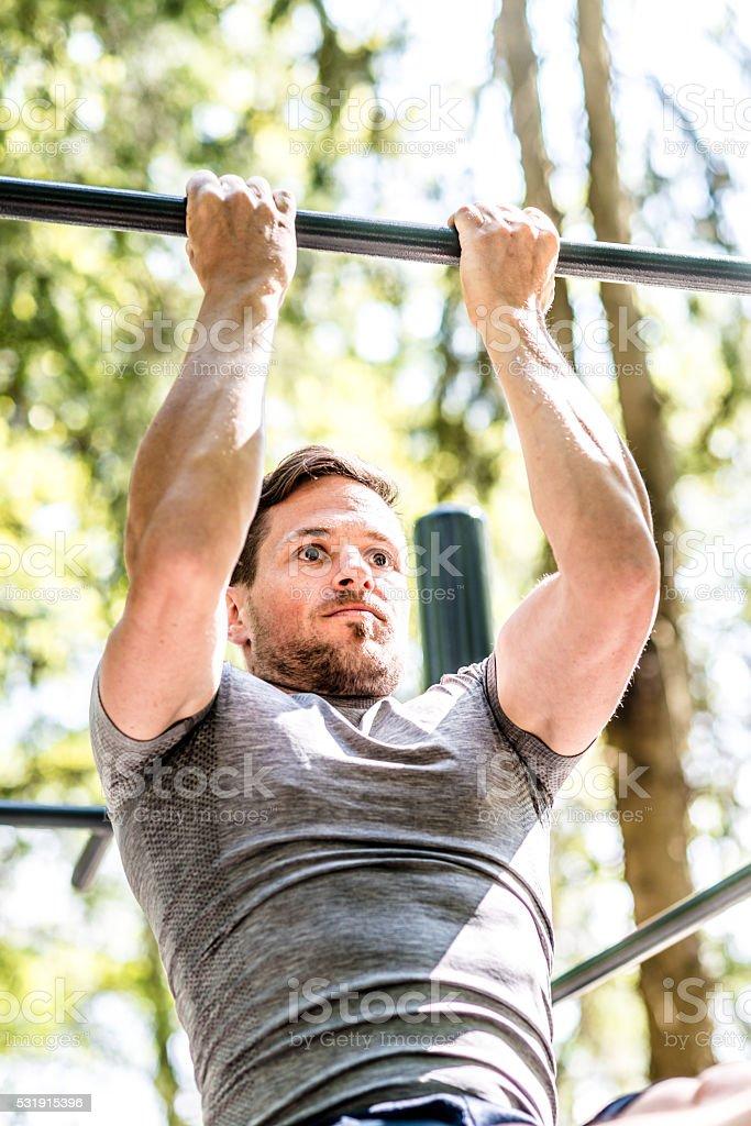 Aptitud Física Hombre Haciendo Ejercicios Intensos Para Bíceps En El ...