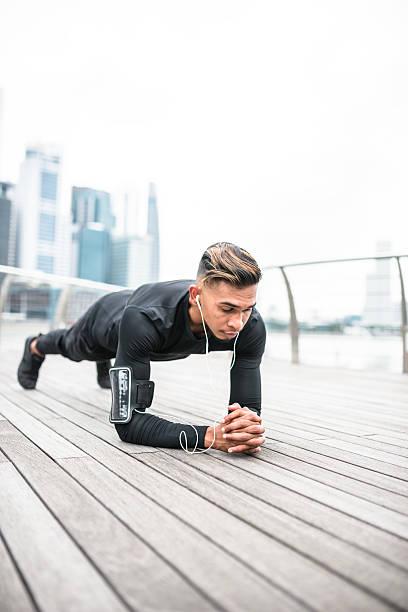 fitness uomo facendo la posizione dell'asse - man city exercise abs foto e immagini stock