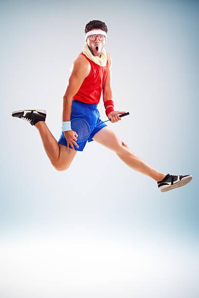 fitness mann springen mit tennisschläger - one song training stock-fotos und bilder