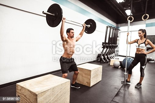 610237160 istock photo fitness man weightlifting in the gym 913898192