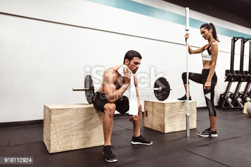 610237160 istock photo fitness man weightlifting in the gym 916112924