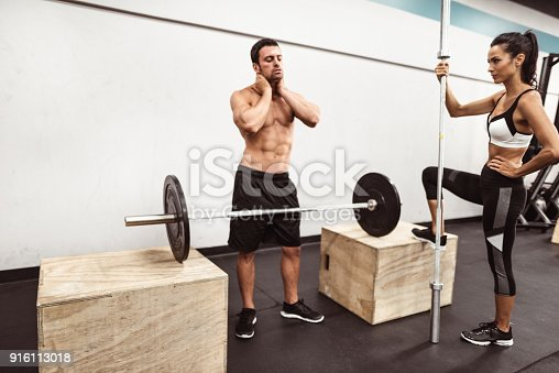 610237160 istock photo fitness man weightlifting in the gym 916113018