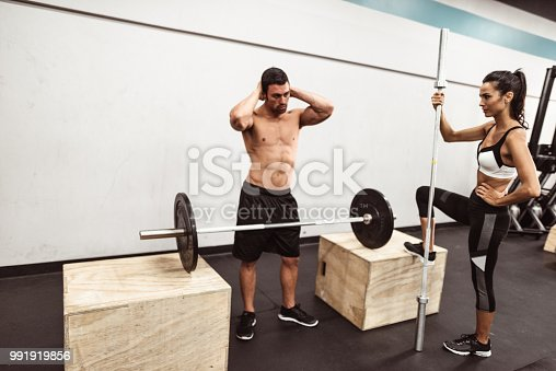 610237160 istock photo fitness man weightlifting in the gym 991919856