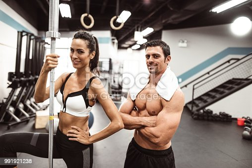 610237160 istock photo fitness man weightlifting in the gym 991921238
