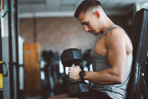 Ein Fitness-Modell Hebegewichte – Foto
