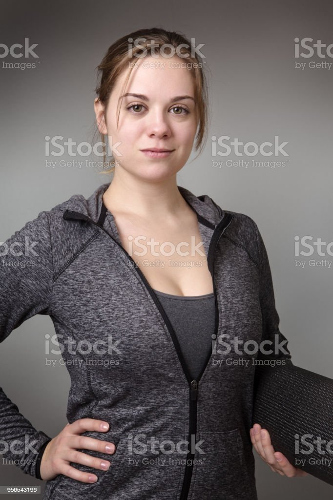 Fitness-Modell auf grauem Hintergrund - Lizenzfrei Ausbilder Stock-Foto