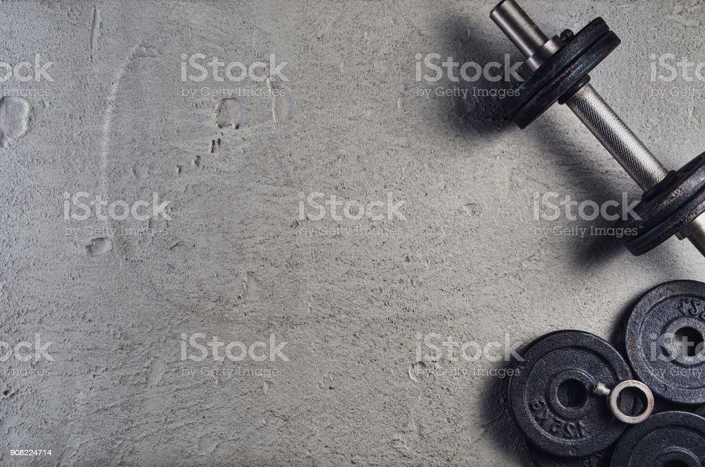 Fondo de fitness o culturismo. Mancuernas en el piso del gimnasio, vista superior - Foto de stock de Aparatos para hacer ejercicio libre de derechos