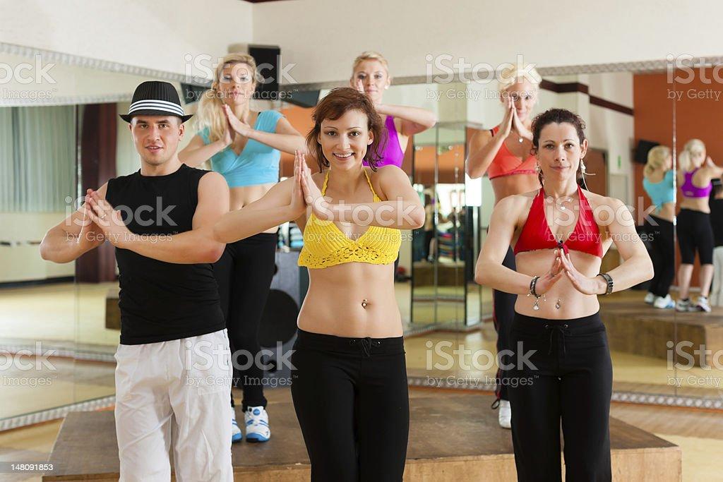Gimnasio o Jazzdance-jóvenes bailando en el estudio - Foto de stock de Actividad libre de derechos
