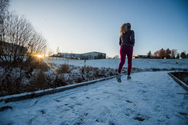 fitness laufen frau in der wintersaison. - gewicht schnell verlieren stock-fotos und bilder