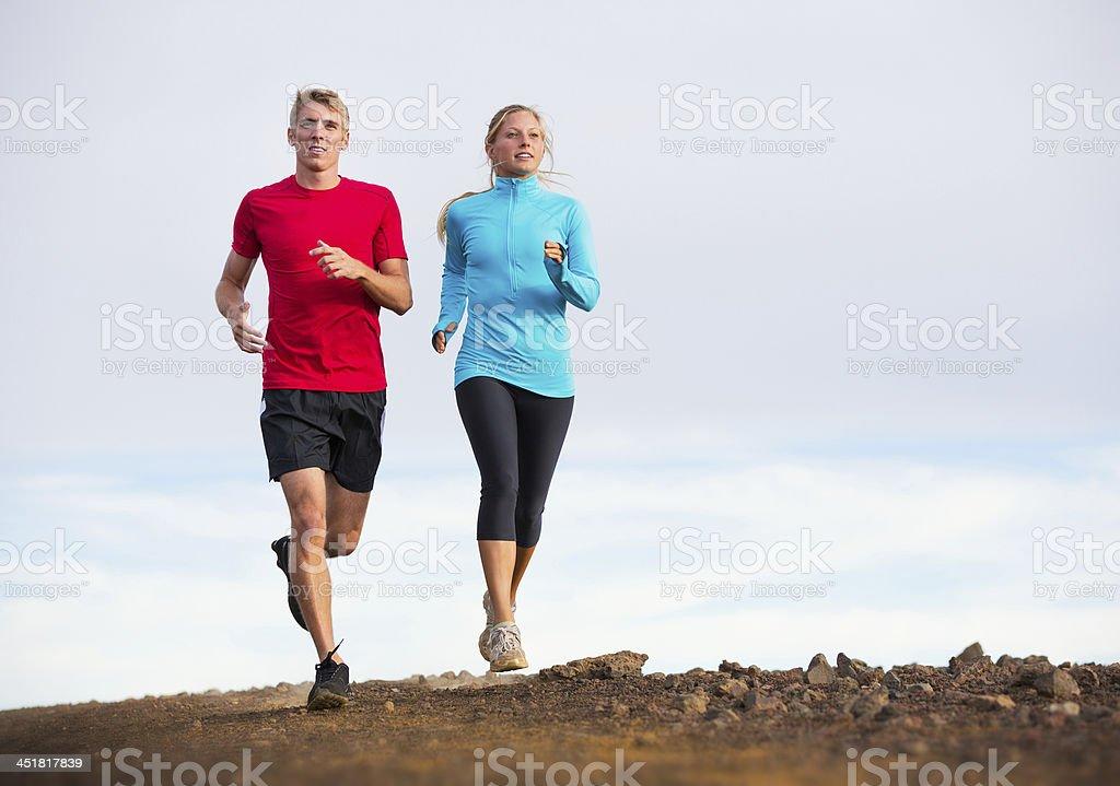 Gimnasio sport Pareja corriendo al aire libre, de la senda para trotar foto de stock libre de derechos
